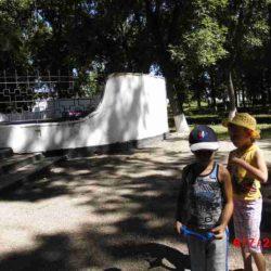 6 июля. Этот день мы посвятили нашей родной станице. С утра провели трудовой десант- помогли старшеклассникам в уборке сорняков на территории школы. Затем ребята отправились в парк им. Чапаева. Там с инструктором по спорту, Кузнецовой Ниной Ивановной,  провели соревнования «Казачьи забавы». С воспитателями разучивали кубанские игры и играли в них.