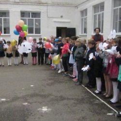 21 сентября в школе прошли мероприятия, посвященные международному Дню мира. Белый голубь – символ этого дня. Обучающиеся нашей школы вырезали бумажных голубей, на крыльях которых написали пожелания о мире.
